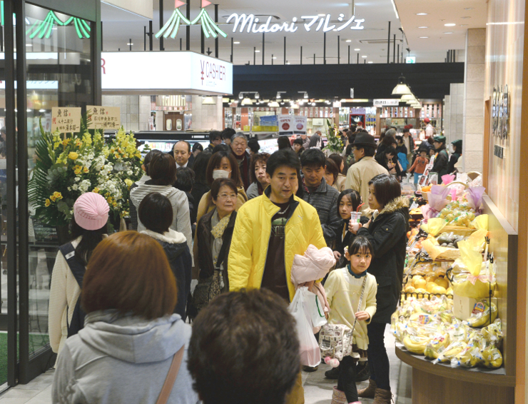 全面開業の初日から買い物客でにぎわう新駅ビル「MIDORI長野」=7日午後4時42分、長野市