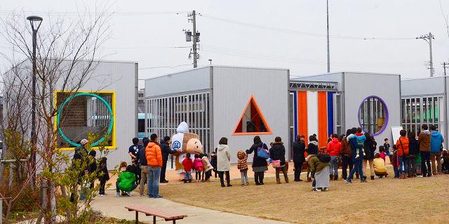 市民と観光客の交流拠点として5つの直方体の空間が並ぶ「aキューブ」=7日、福井県あわら市春宮1丁目のJR芦原温泉駅西側