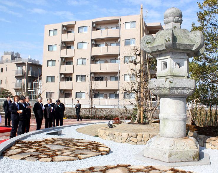 瑞龍寺への道しるべとして観光客を迎える石灯籠