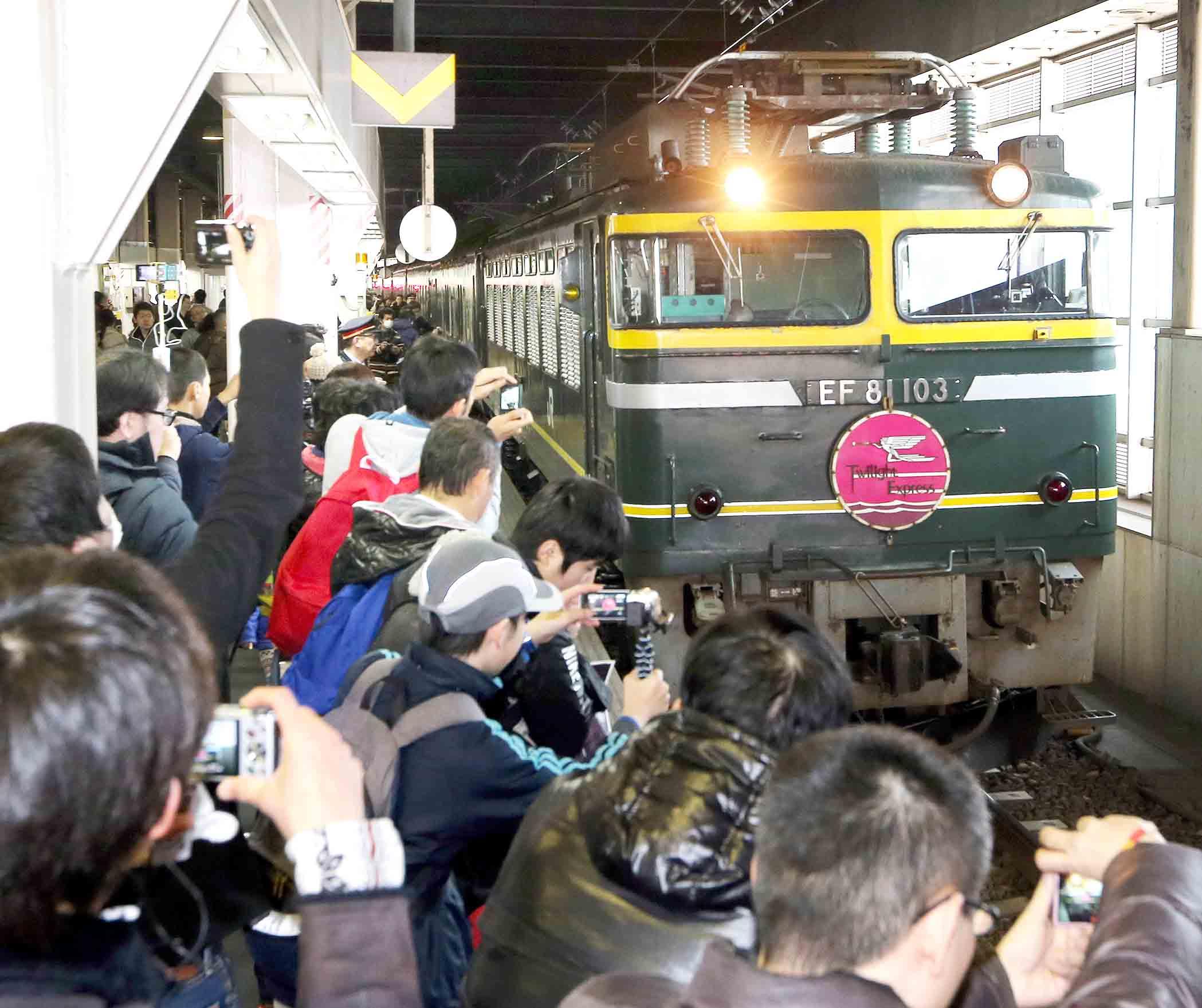 トワイライトエクスプレス」を撮影する鉄道ファン=JR金沢駅
