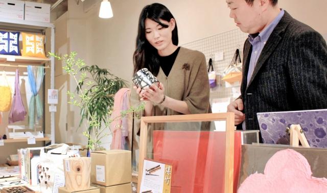 販売会に向け越前和紙や指物などの商品が並べられたショップの一角=9日、金沢市広坂1丁目の「ギフト」