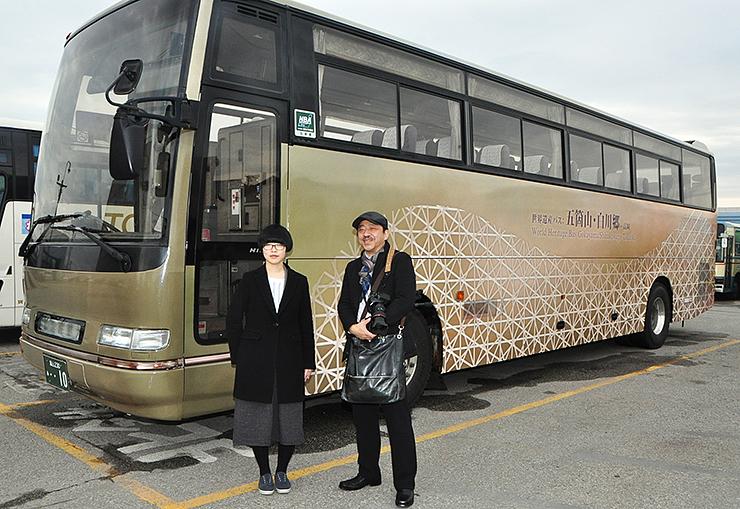 公開されたラッピング車両の前に立つ山本さん(左)と武山学部長=高岡市江尻の加越能バス