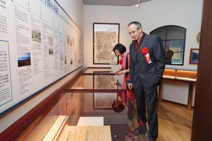 フォッサマグナミュージアム内にあるナウマン博士の展示室を見学する、ひ孫のペーターさん夫妻=9日、糸魚川市