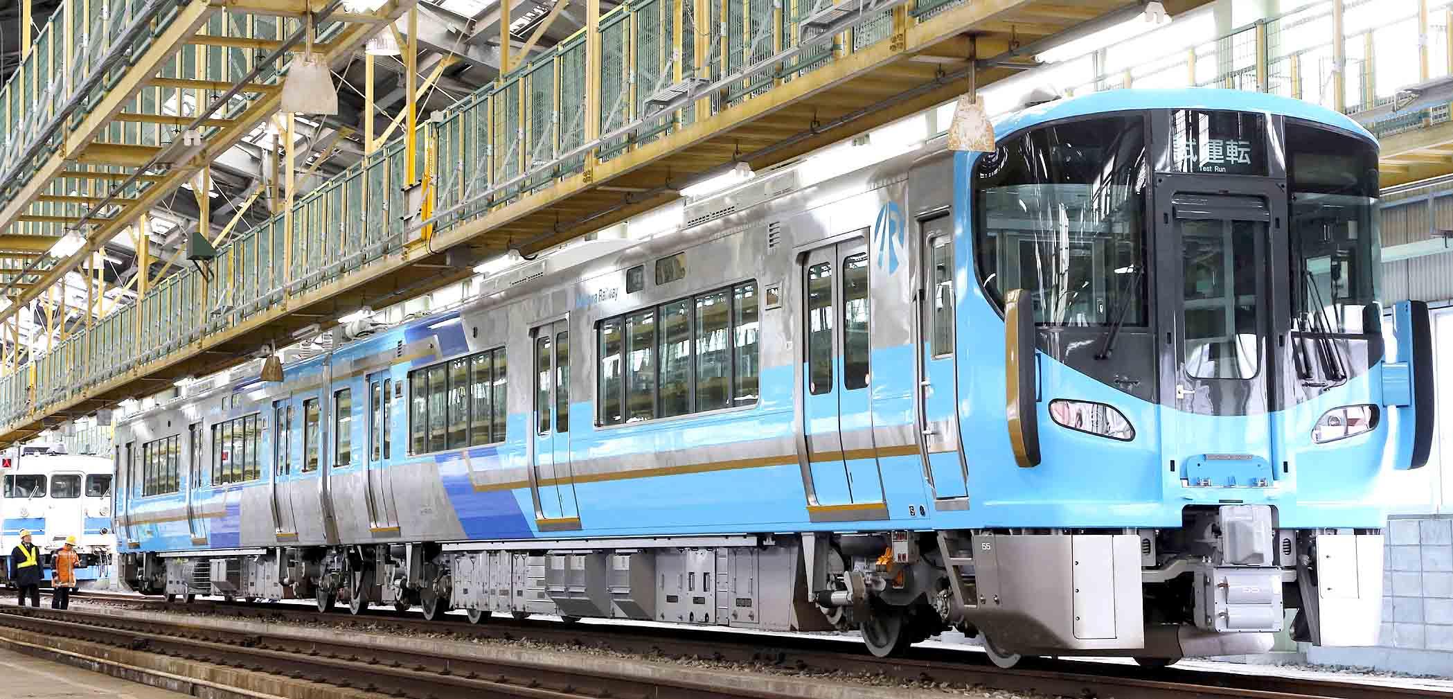 公開されたIRいしかわ鉄道の車両=金沢市の金沢総合車両所運用検修センター