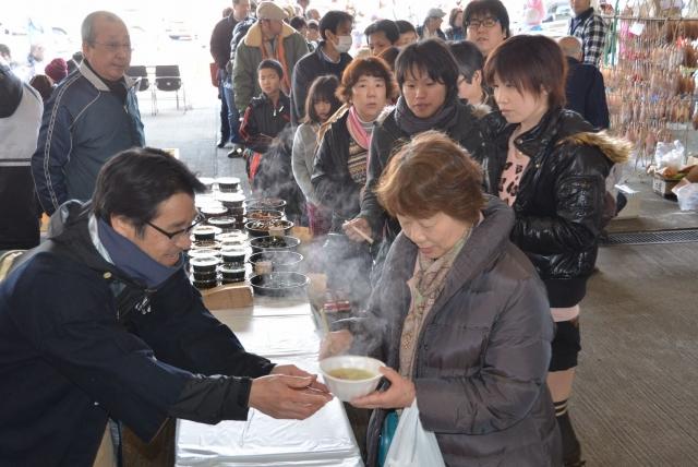 海の幸たっぷりの漁師鍋に長い列ができた、2014年のカニまつり感謝祭=福井県坂井市の三国魚市場