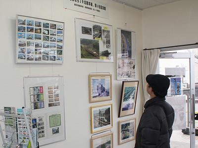 石動駅で歴代車両の写真展示 元運転士が企画