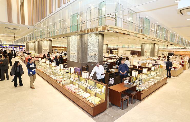 富山の特産を販売する店舗がそろった「きときと市場 とやマルシェ」=北陸新幹線富山駅