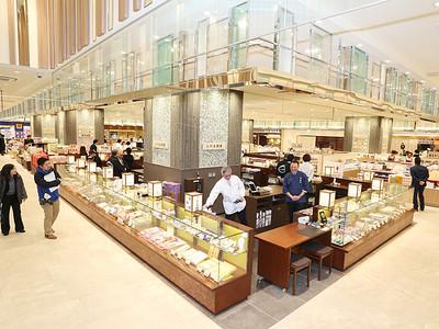 富山駅の新施設「とやマルシェ」公開 古里の名産・味を発信
