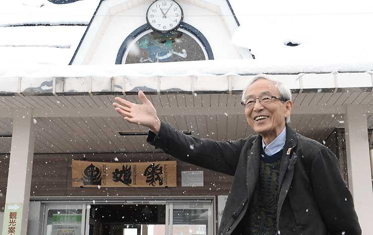 「シュプール号」の利用客を出迎えた駅前で、当時を懐かしむ小林さん=11日、JR黒姫駅