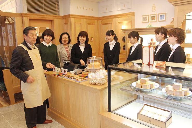 14日オープンのフェルヴェール富山駅店で、スタッフらと打ち合わせをする伊勢社長(左)