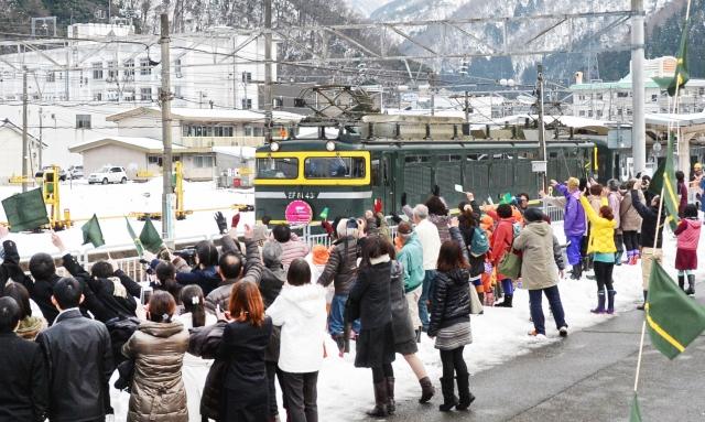 大勢の住民に見送られるトワイライトエクスプレスの大阪発最終列車=12日午後2時10分ごろ、福井県南越前町今庄