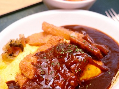 チキンライスに卵焼き、トンカツ ソース絶品ボルガライス