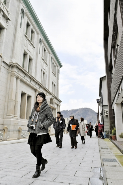 旧大和田銀行本店(左)の修復など一連の整備を終えた博物館通り=福井県敦賀市相生町