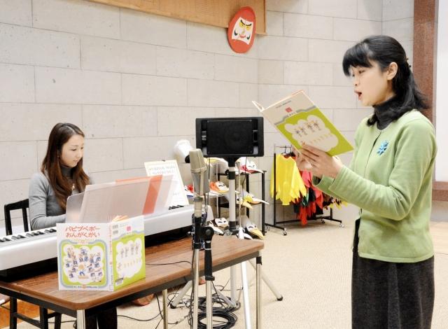 曲を付けたかこさんの絵本の中の歌を収録する天勝さん(右)と嶋﨑さん=12日、福井県越前市のかこさとしふるさと絵本館