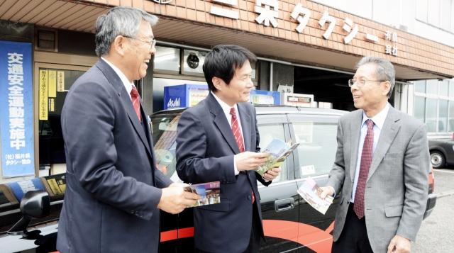「今日も思いやりのサービスを」と運転手に声を掛ける戸川社長(右)=福井市二の宮1丁目の三栄タクシー
