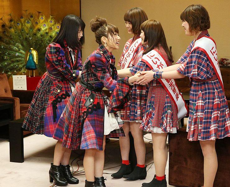 Negiccoのメンバーと握手するAKB48の高橋みなみさん(左から2人目)と横山由依さん(左端)=12日、県庁