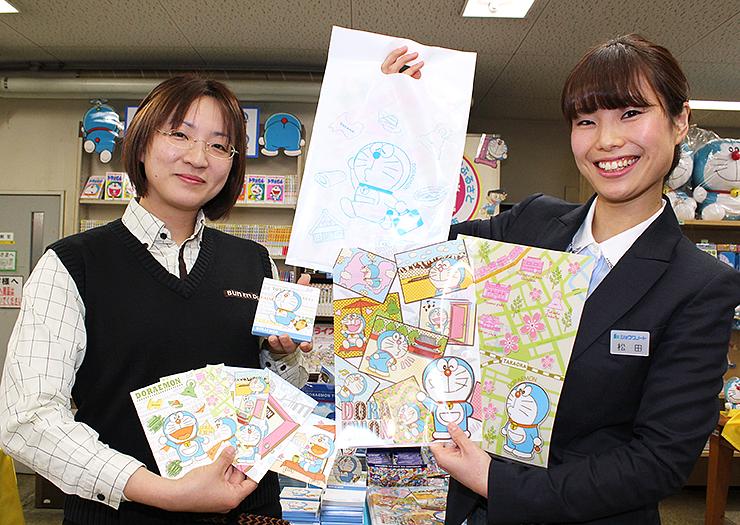 新幹線開業を記念して発売するクリアファイルなどの新商品=文苑堂書店駅前店