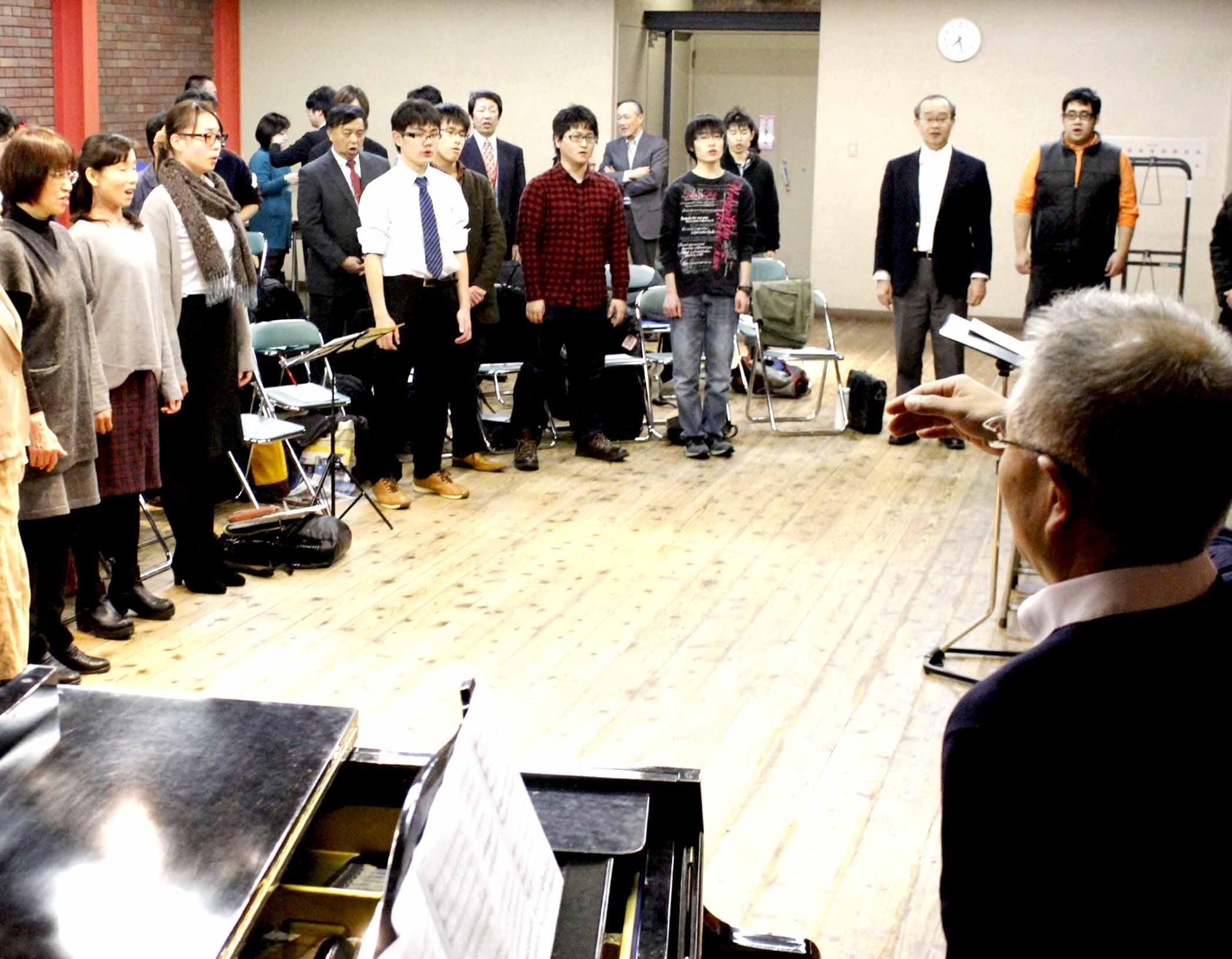 発声練習に打ち込む合唱団=金沢市民芸術村