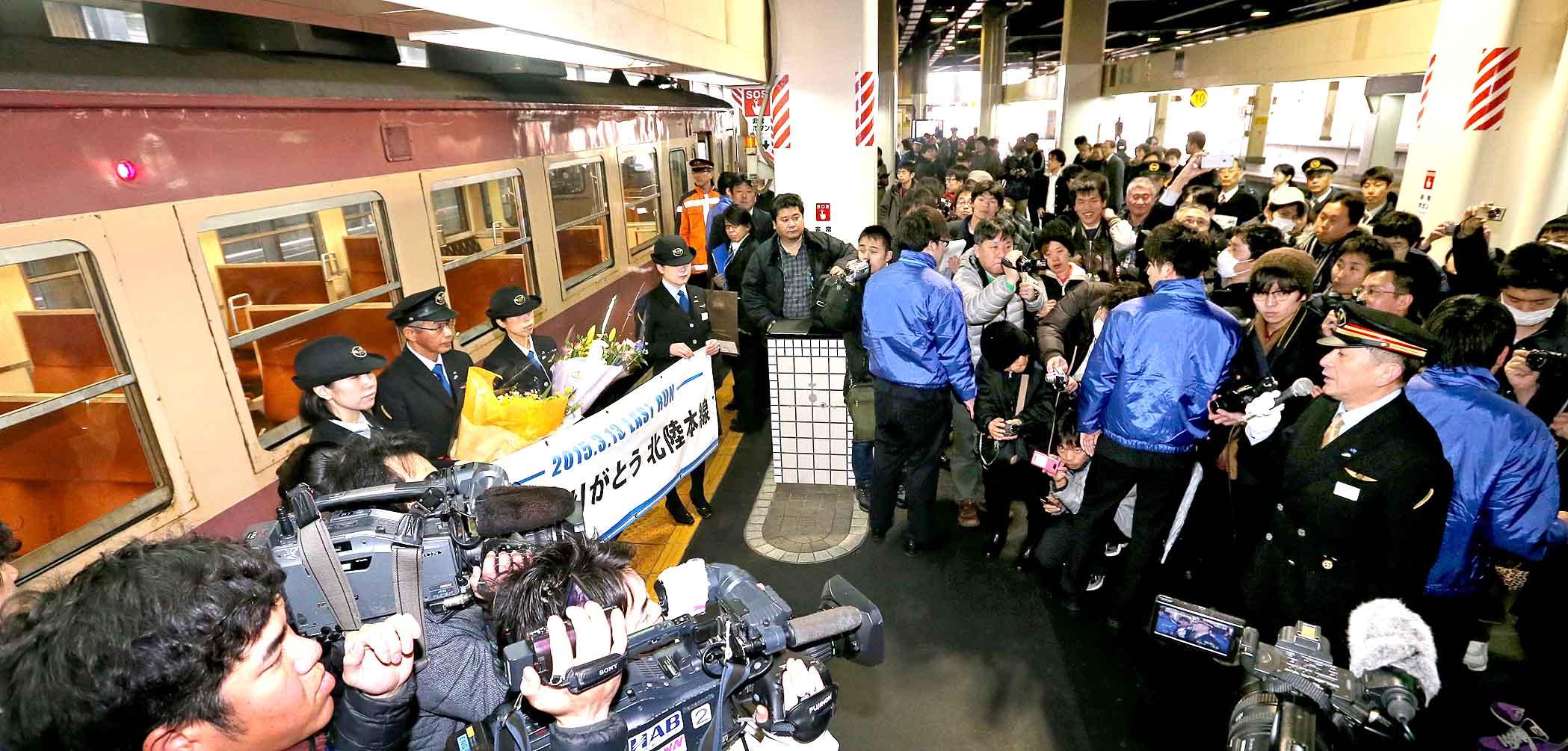 「栓抜き列車」のラストランを記念したセレモニー=13日午前9時20分、JR金沢駅