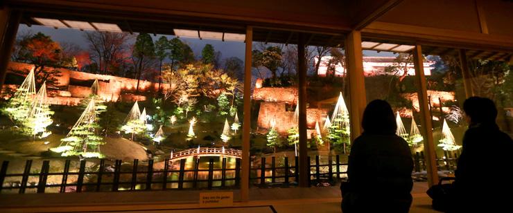 幻想的な光で包まれた玉泉院丸庭園=金沢城公園