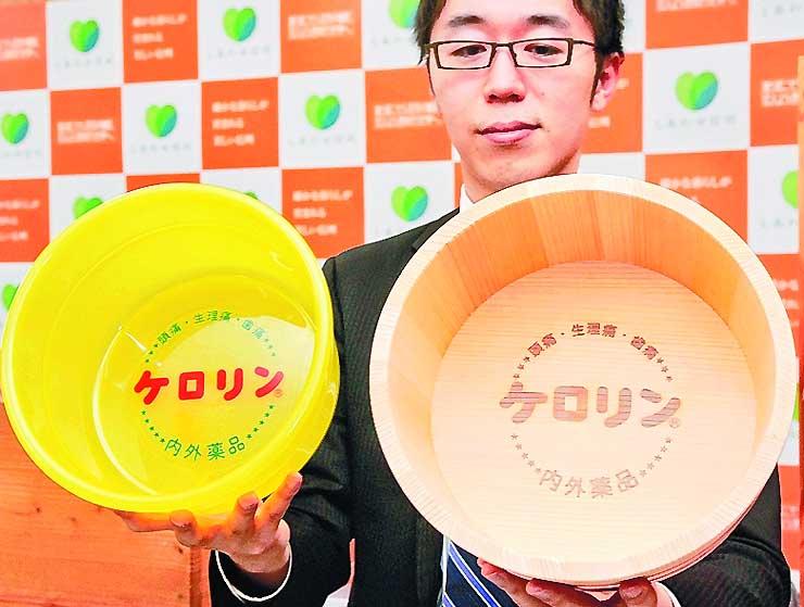 木製の新商品(右)とプラスチック製の通常のケロリン桶