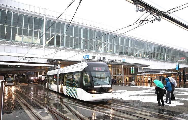 新設された富山駅停留場を出発するセントラム=富山市明輪町