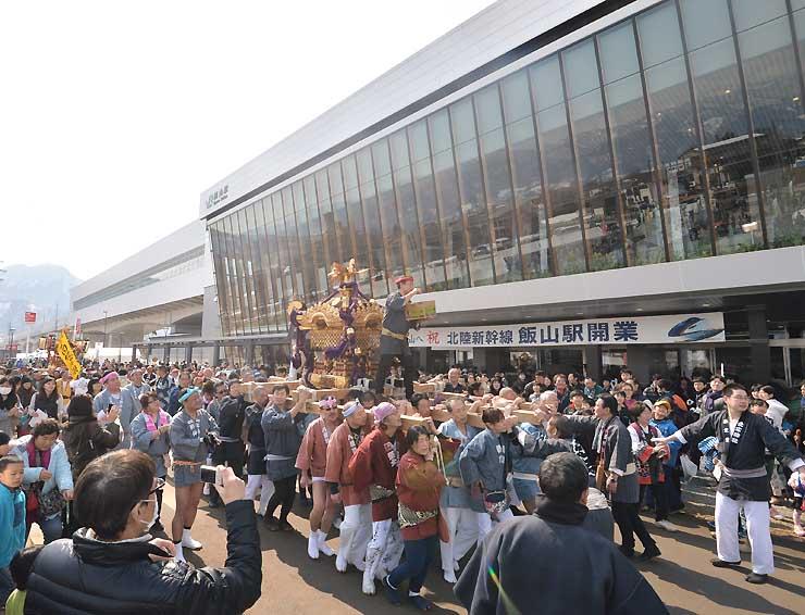 JR飯山駅前にはみこしが繰り出し、駅開業を祝った=14日午前10時51分、飯山市