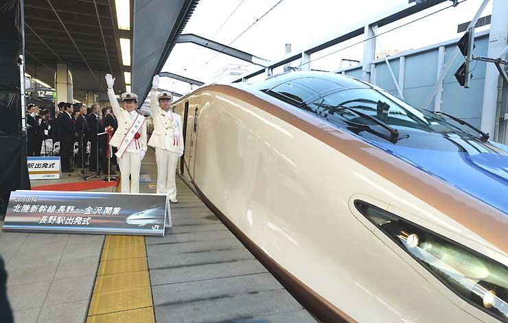 金沢駅へ出発する長野発下り一番列車「はくたか591号」=14日午前6時11分、JR長野駅