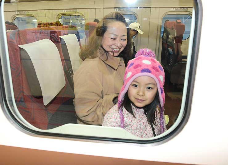 長野発金沢行きの一番列車「はくたか591号」に乗り込み出発を待つ乗客=14日午前6時3分、JR長野駅