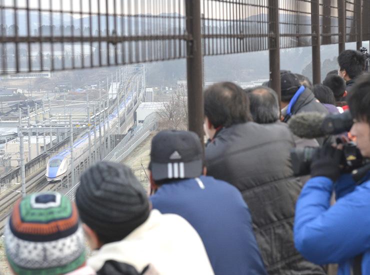 一番列車を見ようと詰め掛けた写真愛好家や家族連れら=津幡町の「新幹線の見える丘公園」