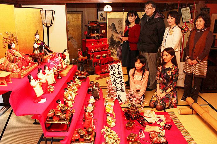 土蔵造りの町並みを舞台に、華やかなひな人形が展示された「山町筋のひなまつり」=菅野家