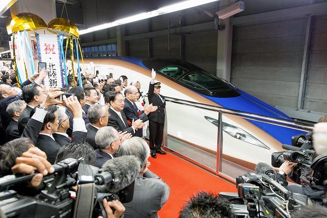 式典の参列者らに拍手で送られ、金沢駅を出発する北陸新幹線「かがやき500号」=14日午前6時1分、JR金沢駅(菊野昭彦撮影)