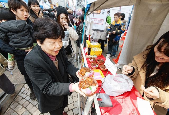 「ワール丼カップ2015」で、お目当ての丼を買い求める人たち=14日、福井市中央1丁目