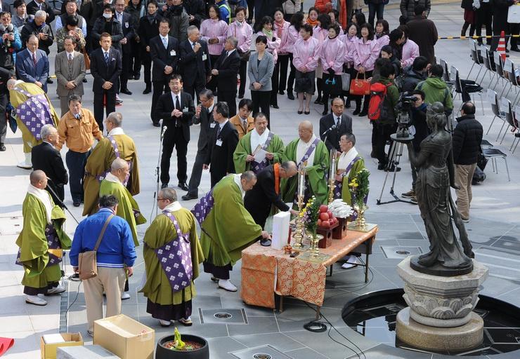 善光寺口駅前広場に移設された如是姫像のお魂入れ=14日午前9時39分、長野市の長野駅