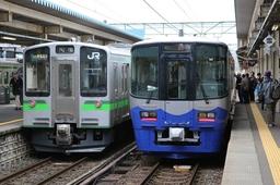 えちごトキめき鉄道「妙高はねうまライン」(左)と「日本海ひすいライン」の車両=14日午前9時30分、上越市の直江津駅