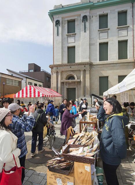 市立博物館(写真奥)を修復、趣のある石畳になった「博物館通り」の完成記念フェスティバル=15日、敦賀市相生町