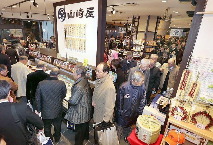 関係者に公開された「SAKURAプラザ」。地域の特産品がずらり並んだ=13日、上越市