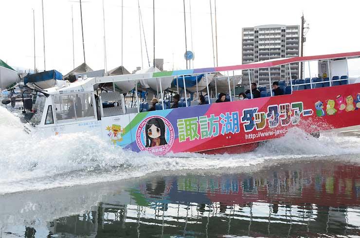 水しぶきを上げて諏訪湖に飛び込む水陸両用バス