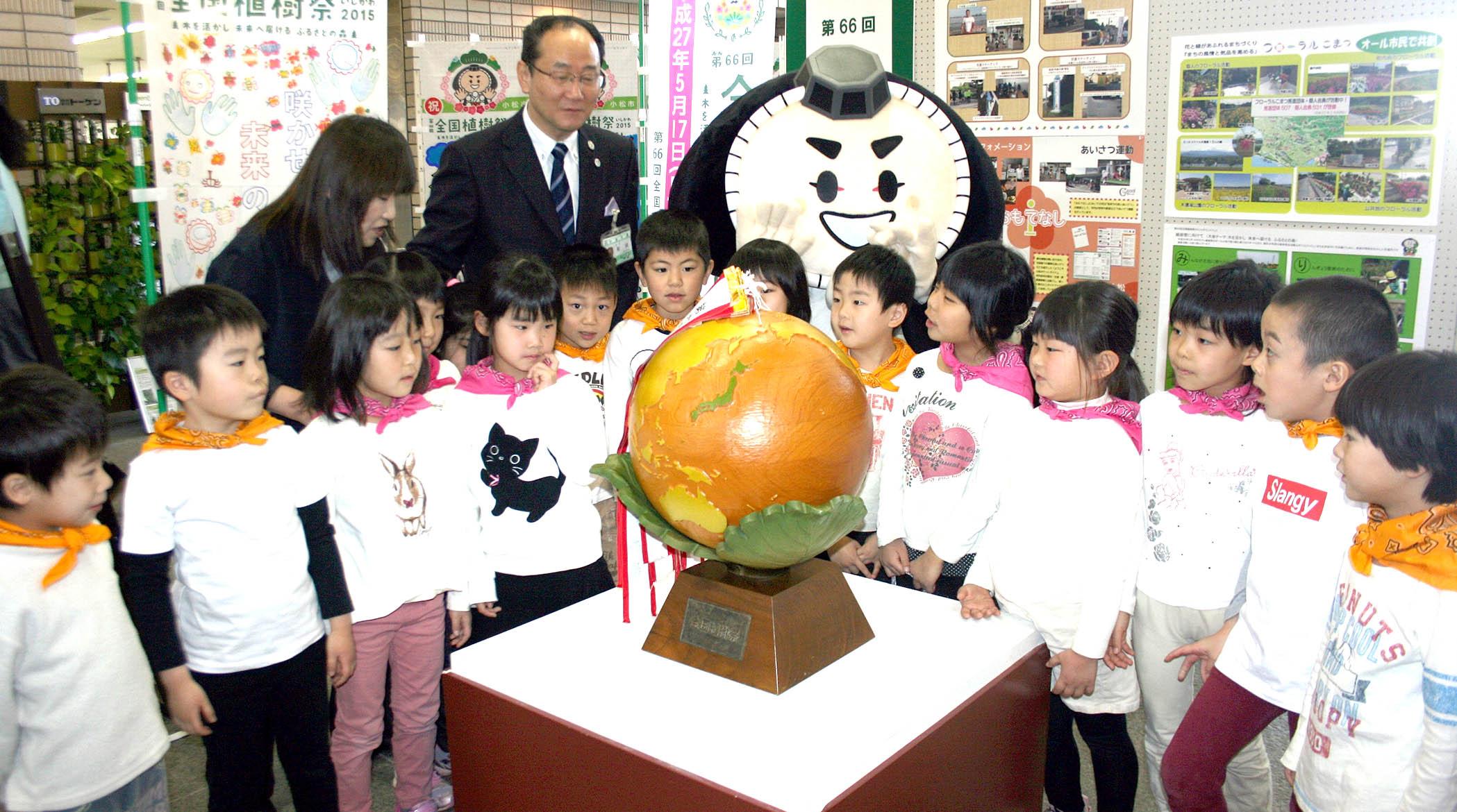 展示された木製地球儀=小松市役所