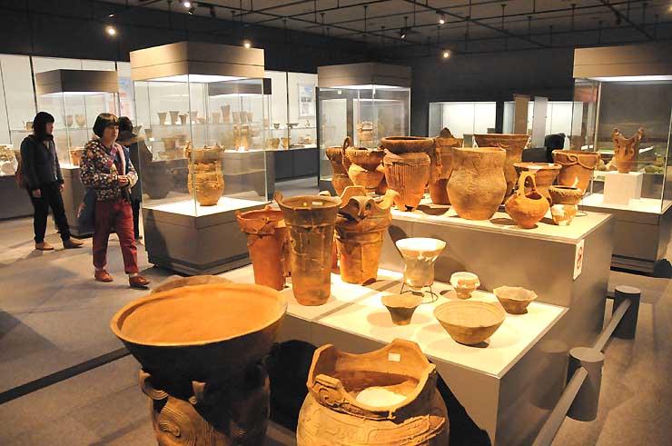 八ケ岳山麓で出土した土器や土偶が並ぶ尖石縄文考古館