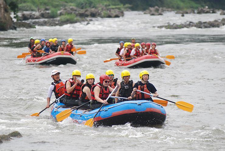 十日町市の信濃川でラフティングツアーを楽しむ人々=2013年8月21日