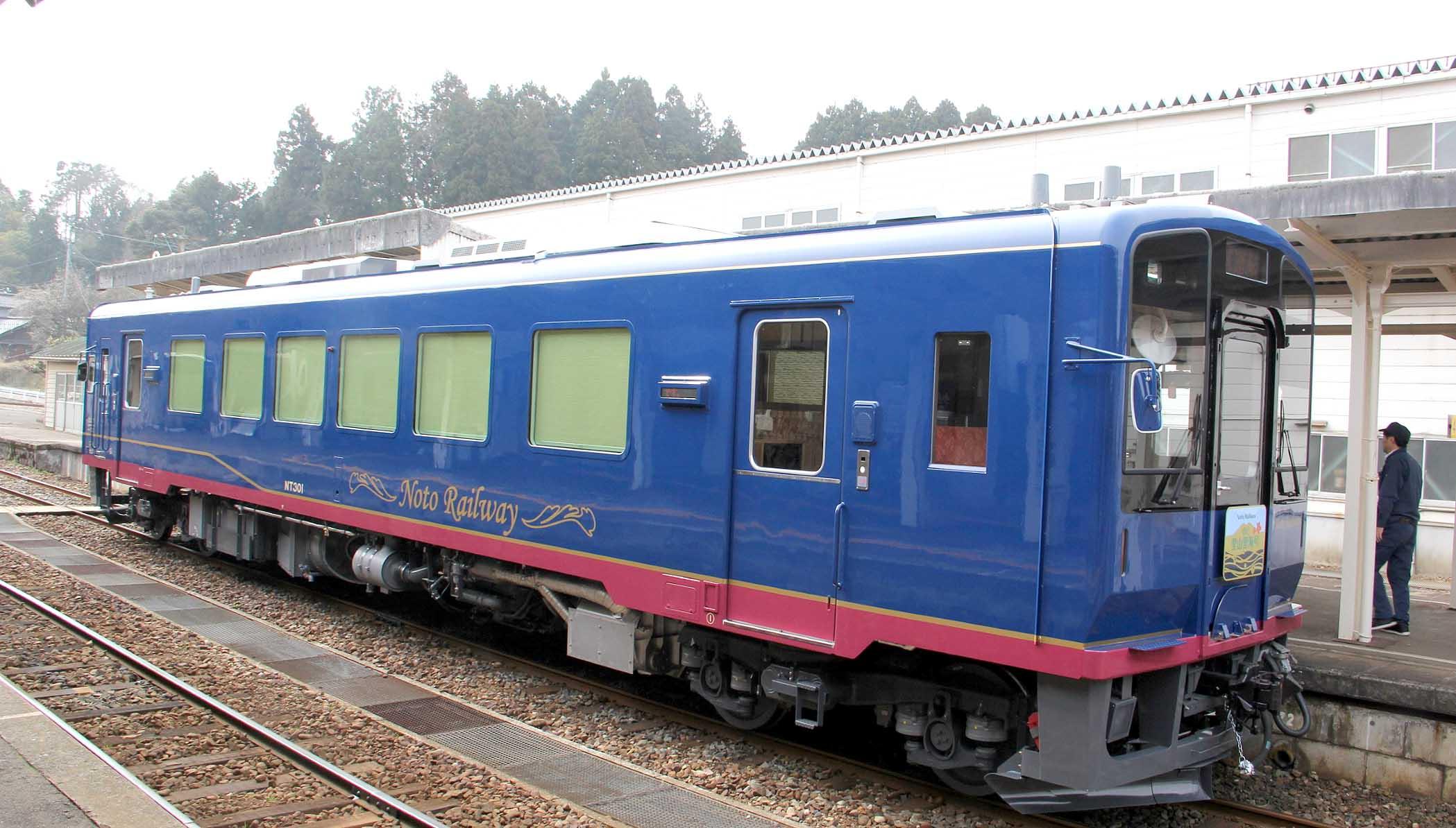 完成した観光列車「のと里山里海号」=18日午前10時、のと鉄道穴水駅