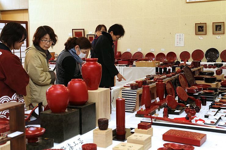 職人の技が詰まった作品が並ぶ堆朱まつり=18日、村上市