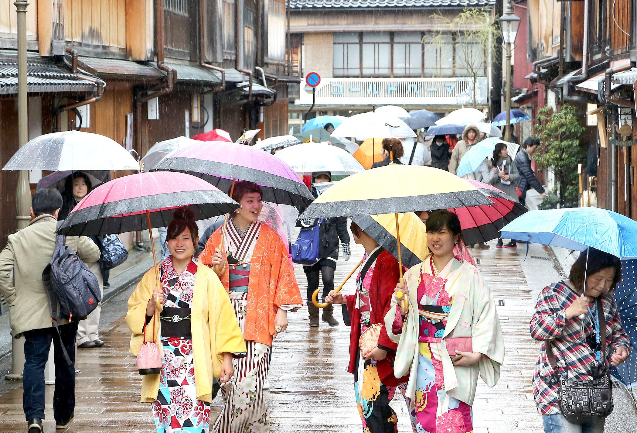 雨の中、散策を楽しむ観光客=金沢市東山1丁目