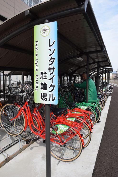 糸魚川駅南口の駐輪場に用意されたレンタサイクル=いずれも糸魚川市