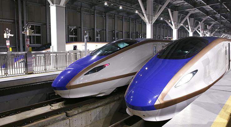 ホームに並ぶ北陸新幹線。右から「かがやき」、「はくたか」、「つるぎ」=20日午後7時58分、JR富山駅