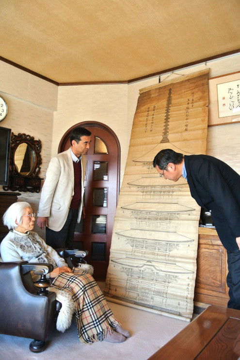 五重塔の絵図を見る矢島みつさん(左)と康夫さん(右)、塚田和美さん