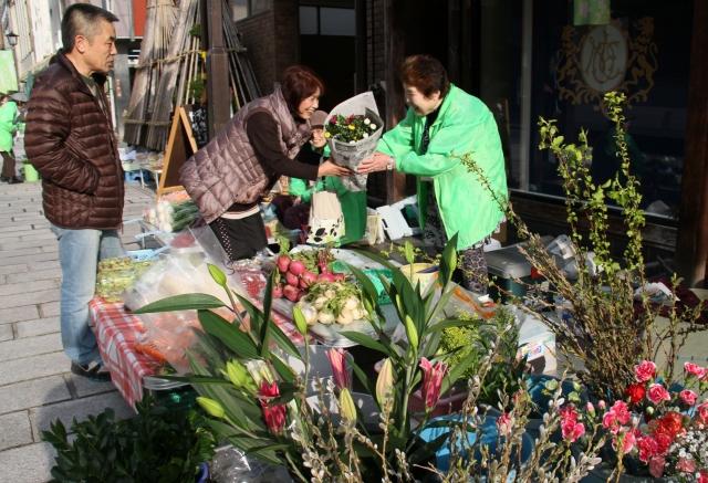 切り花や春の野菜など多彩な品物が並ぶ七間朝市=21日、福井県大野市の七間通り