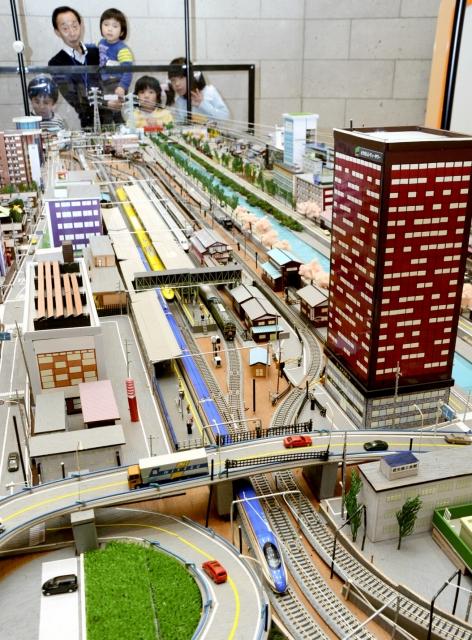 過去と未来の越前市を再現した鉄道ジオラマ=21日、福井県越前市の越前市ふるさと絵本館