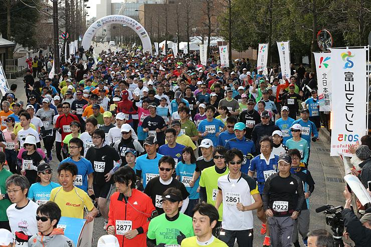 約1500人が一斉にスタートしたハーフマラソン=富山市湊入船町